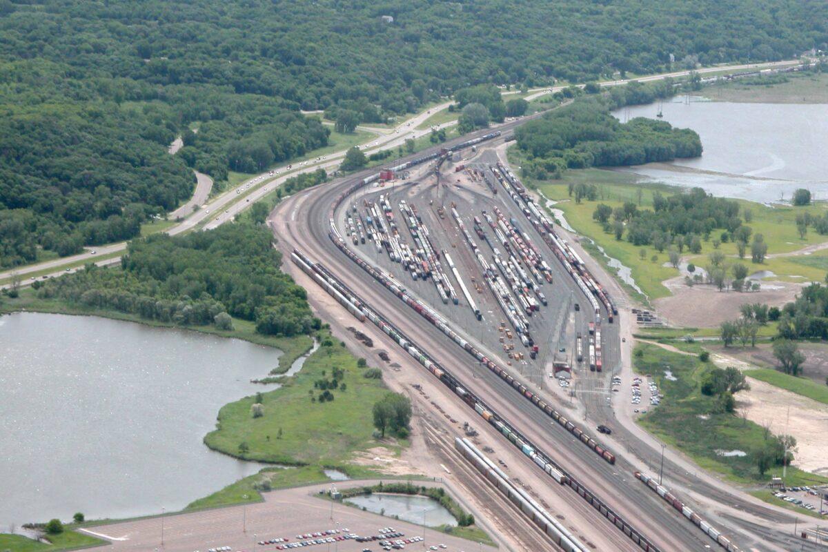 https://umwa.net/wp-content/uploads/2019/11/St.-Paul-railyards-along-Mississippi-River-1200x800.jpg